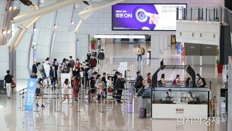 서울 강서구 김포공항 국내선 청사가 여행객들로 붐비고 있다. /문호남 기자 munonam@