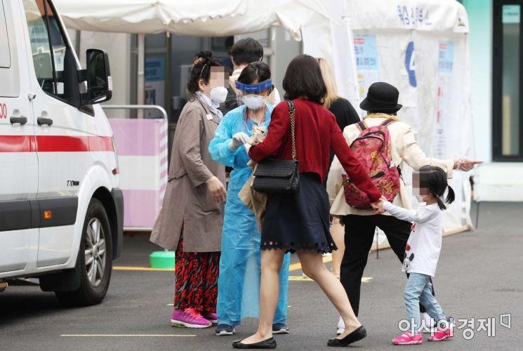[포토]검사 기다리는 시민들