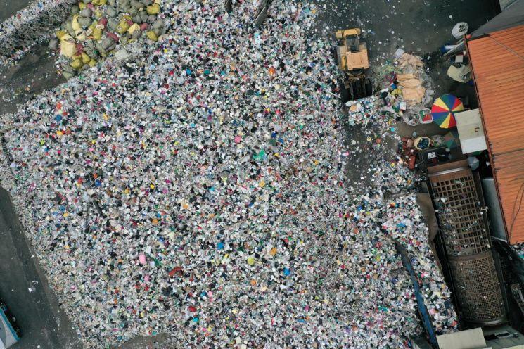 지난 24일 부산 강서구 부산시자원재활용센터에 각 가정에서 배출된 플라스틱 등 재활용 폐기물 분류 작업이 진행되고 있다. / 사진=연합뉴스