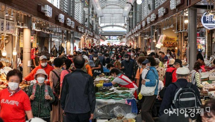 민족 최대 명절 '추석'을 사흘 앞둔 28일 서울 동대문구 청량리종합시장을 찾은 시민들이 장을 보고 있다./강진형 기자aymsdream@