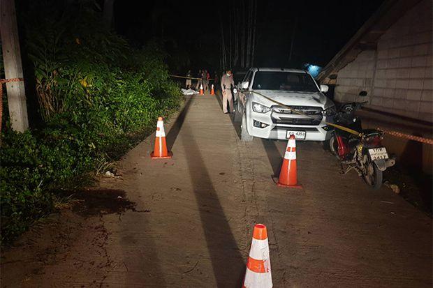 26일(현지 시각) 태국 나콘시탐마라트주 탐판나라구 경찰이 결혼 피로연에서 4명이 총에 맞아 숨진 현장을 조사하고 있다./사진=방콕포스트