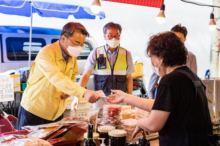 28일 추석 명절을 맞아 전통시장에서 장을 보고 있는 김선갑 광진구청장