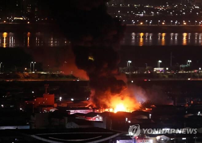 28일 오후 경기 고양시 일산동구 장항동의 한 택배 영업소에서 불이 나 검은 연기가 치솟고 있다. (사진=연합뉴스)