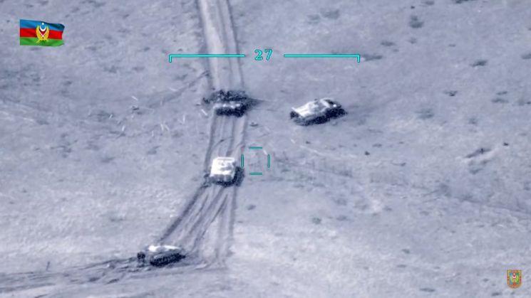 아제르바이잔과 아르메니아 양국의 분쟁 지역인 나고르노-카라바흐에서 27일(현지시간) 무력 충돌이 빚어지는 와중에서 아르메니아 탱크들 가운데 일부가 파손된 모습을 보여주는 동영상의 캡처 화면. [이미지출처=연합뉴스]
