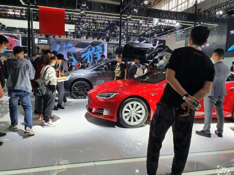 코로나19 확산으로  연기됐던 중국 '2020 베이징 모터쇼'가 10월5일까지 중국 베이징 국제전시센터에서 열린다. 미국 전기차 업체인 테슬라 전시관에 많은 관람객들이 몰렸다.
