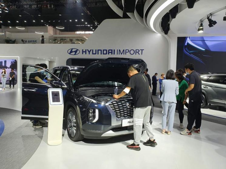 코로나19 확산으로  연기됐던 중국 '2020 베이징 모터쇼'가 10월5일까지 중국 베이징 국제전시센터에서 열린다. 현대차가 전시한 대형 SUV인 팰리세이드를 관람객이 살펴보고 있다.