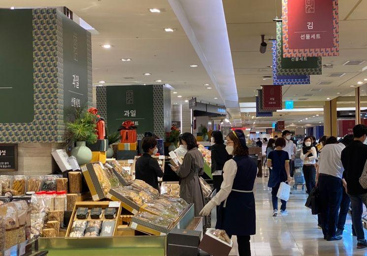 사람들이 28일 서울 소공동 롯데백화점 본점 지하1층 추석선물세트 코너에서 상품을 구경하고 있다.