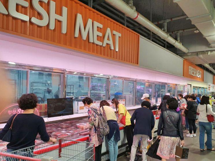 사람들이 28일 롯데마트 빅마켓 도봉점 정육코너에서 상품을 고르고 있다.
