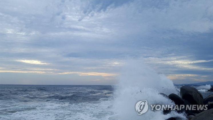 강원 강릉시 사천 해변으로 너울성 파도가 밀려들고 있다./사진=연합뉴스