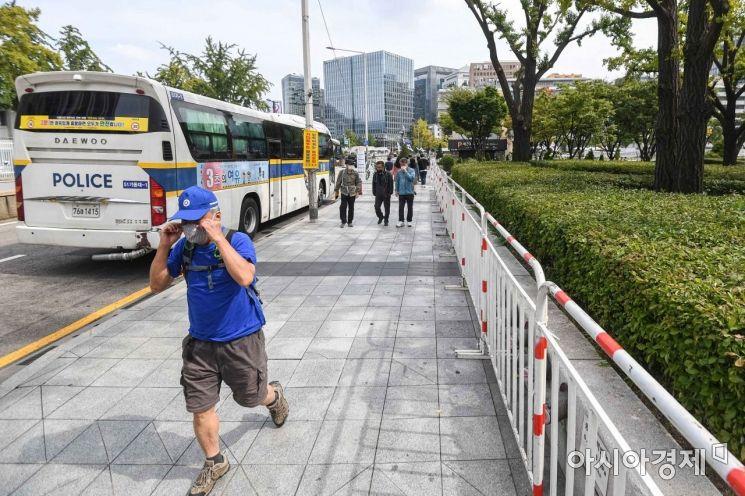 서울시가 10월3일 개천절 집회에 대해 불허 입장을 이어가고 있는 29일 서울 종로구 광화문 광장과 세종로 일대에 불법집회 방지용 펜스가 설치되고 있다./강진형 기자aymsdream@