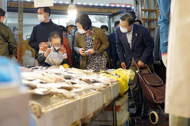 장바구니 카트 끈 文대통령, 인왕시장서 29만9000원 제수용품 구매
