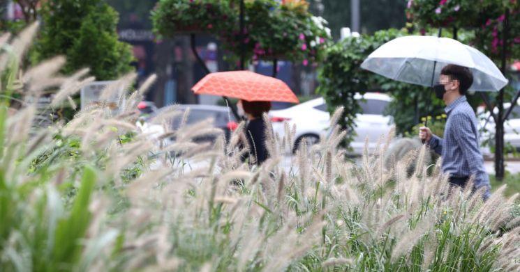 비가 내리는 지난 9월 16일 오전 서울 청계광장에서 우산을 쓴 시민들이 발걸음을 재촉하고 있다. [이미지출처=연합뉴스]