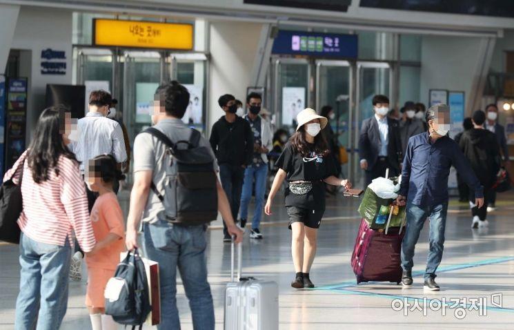 추석 연휴 첫날인 30일 서울역에서 시민들이 바삐 움직이고 있다. /문호남 기자 munonam@