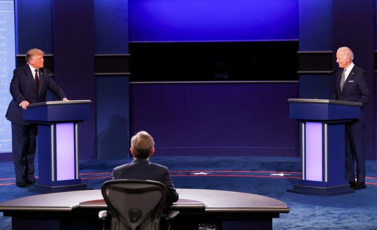 도널드 트럼프 미국 대통령와 조 바이든 민주당 대선 후보가 29일(현지시간) 첫 TV토론을 하고 있다. [이미지출처=로이터연합뉴스]