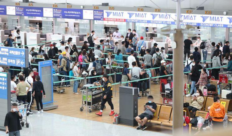 24일 오후 인천국제공항 1여객터미널 출국장이 출국 수속을 밟으려는 몽골행 승객들로 붐비고 있다. [이미지출처=연합뉴스]