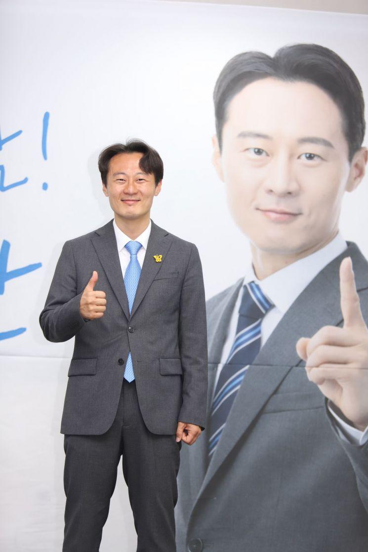 제21대 국회의원 선거 경기 용인정에 출마한 더불어민주당 이탄희 후보가 지난 4월 15일 오후 당선이 확실시되자 자신의 선거사무실에서 포즈를 취하고 있다. [이미지출처=연합뉴스]