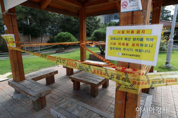 추석 연휴 첫날인 30일 서울 마포구 망원시장 인근 쉼터가 코로나19 확산 방지를 위해 임시 폐쇄돼 있다. /문호남 기자 munonam@