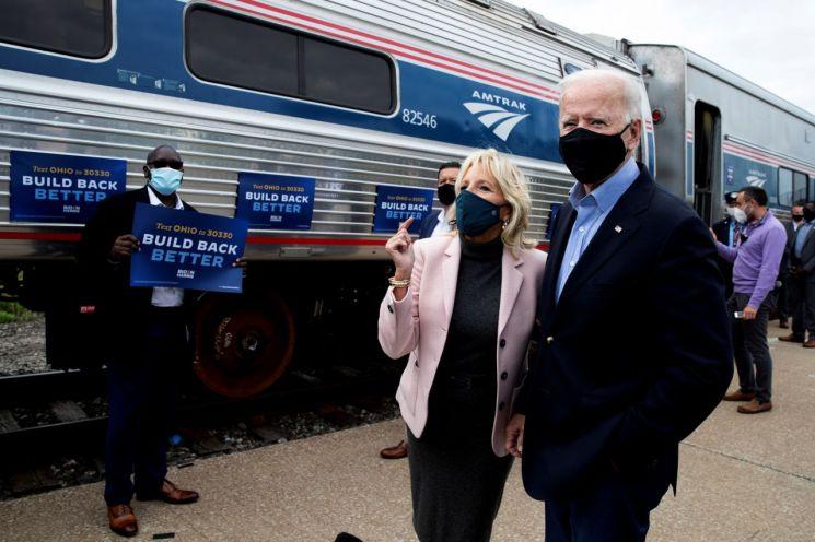30일 조 바이든 미국 민주당 대선 후보가 부인과 함께  오하이오주와 펜실베이니아주를 지나는 유세 열차 탑승을 준비하고 있다. [이미지출처=로이터연합뉴스]