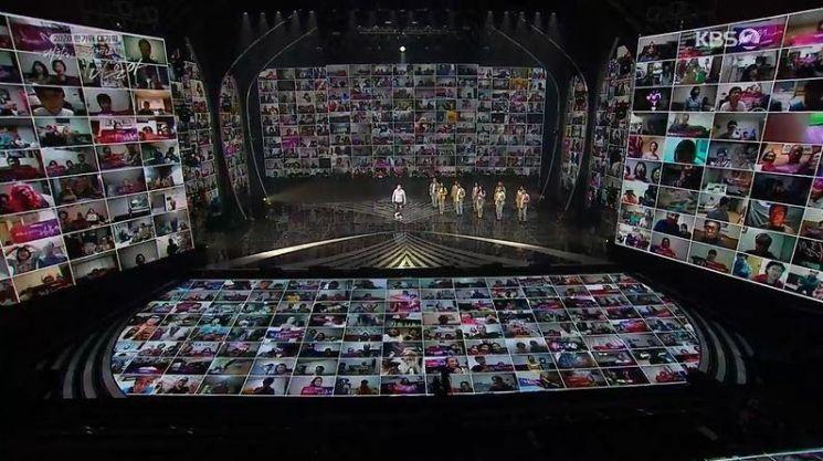 9월30일 추석 첫날 KBS에서 대한민국 어게인 나훈아가 공연되었다. [사진출처=연합뉴스]