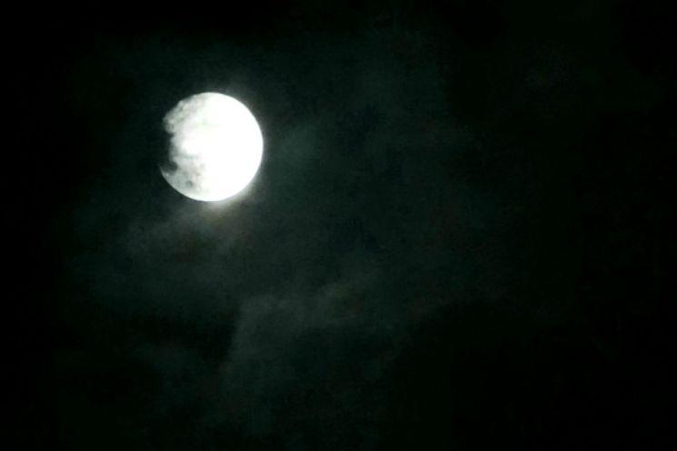 [포토] 구름을 뚫고 뜬 보름달