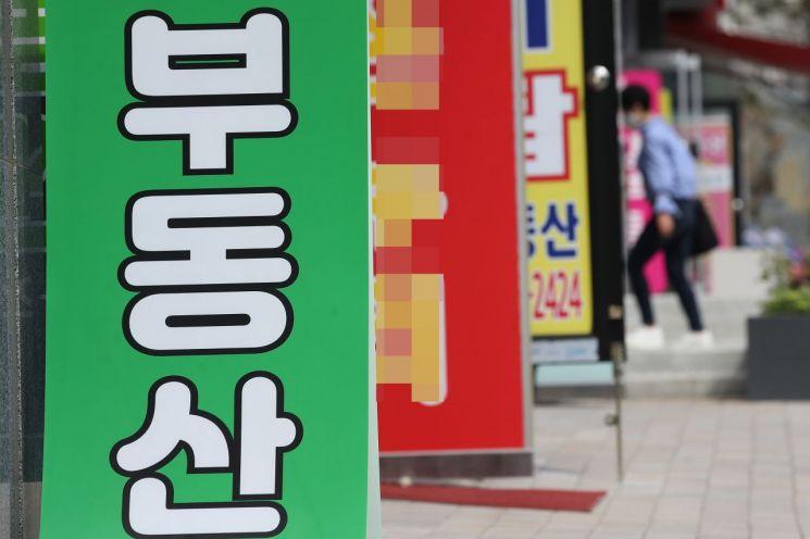 외국인이 국내은행에서 거액의 대출을 받아 상가주택을 매입한 사례가 늘고 있다. 사진은 서울 마포구 일대 부동산 중개소. [이미지출처=연합뉴스]
