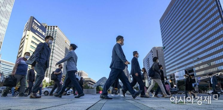 지난 5일 서울 종로구 세종로 네거리에서 추석연휴를 마친 직장인들이 외투를 입고 출근길에 오르고 있다./강진형 기자aymsdream@