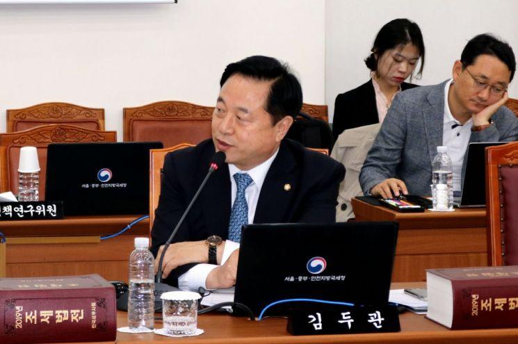 김두관 의원이 공공지원민간주택 분양 전환 관련 개정안을 발의하고 있다.(사진=김두관의원실)