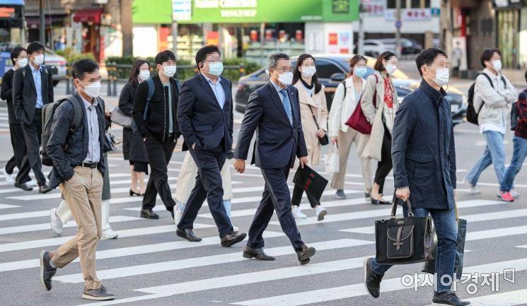 지난 6일 서울 종로구 세종로네거리에서 직장인들이 외투를 입고 출근길에 오르고 있다./강진형 기자aymsdream@