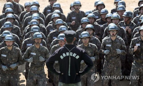 입대한 훈련병들이 조교 지시에 따라 제자리 뛰기를 하고 있다. [이미지출처=연합뉴스]
