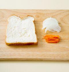 1. 식빵은 한 면에 버터를 바른다. 양파와 당근은 곱게 채 썬다.