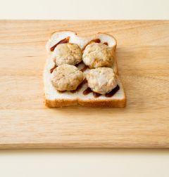 2. 식빵 1장에 스테이크 소스를 골고루 바르고 동그랑땡을 얹는다.(Tip.동그랑땡은 냉동된 상태라면 전자렌지에 해동하거나 살짝 데워서 활용한다.)