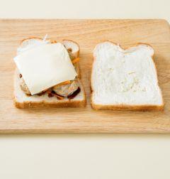3. 체다 치즈를 얹고 채소를 얹은 다음 식빵을 덮는다.