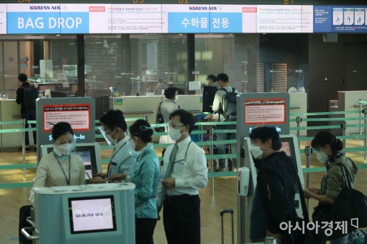 한일 기업인 특별입국절차가 시행된 지난 8일 인천국제공항 2터미널 출국장에서 이용객들이 일본 도쿄 나리타행 출국 절차를 밟는 모습. /문호남 기자 munonam@