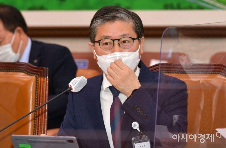 변창흠 한국토지주택공사(LH)사장이 지난 8일 국회에서 열린 국토교통위원회에 한국토지주택공사 등에 대한 국정감사에 출석, 의원들 질의에 답변하고 있다./윤동주 기자 doso7@