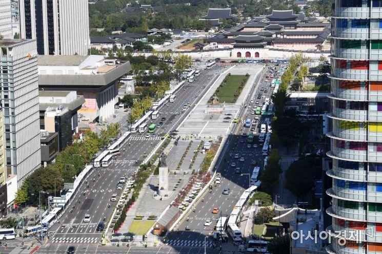 한글날인 9일 서울 광화문 도로에 돌발적인 집회·시위 등을 차단하기 위한 경찰 차벽이 세워져 있다./김현민 기자 kimhyun81@