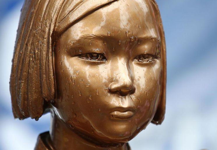 지난 9월 2일 오후 서울 종로구 옛 일본대사관 앞 소녀상의 눈에 빗물이 고여 있다. [이미지출처=연합뉴스]