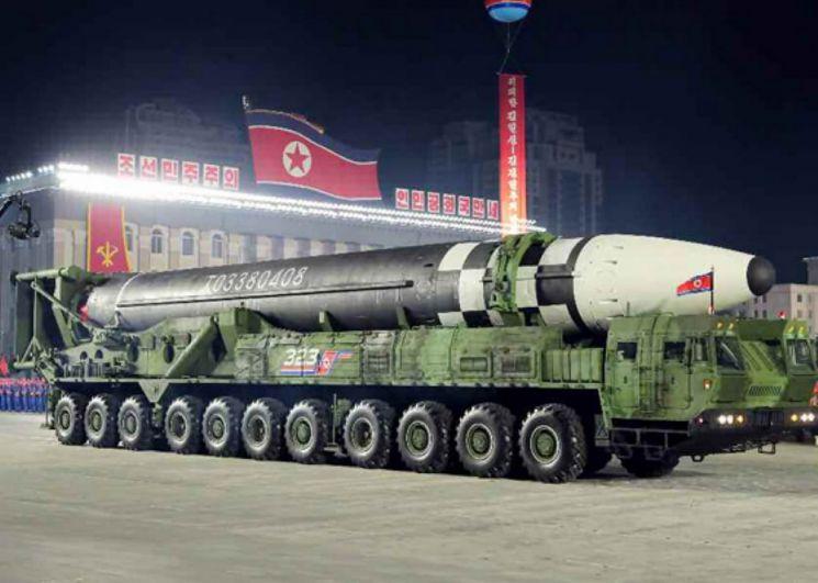 북한이 10일 노동당 창건 75주년 기념 열병식에서 미 본토를 겨냥할 수 있는 신형 대륙간탄도미사일(ICBM)을 공개했다. 신형 ICBM은 화성-15형보다 미사일 길이가 길어지고 직경도 굵어졌다. 바퀴 22개가 달린 이동식발사대(TEL)가 신형 ICBM을 싣고 등장했다. 노동신문은 위 사진을 포함해 신형 ICBM 사진을 약 10장 실었다. 2020.10.10 [노동신문 홈페이지 캡처. [이미지출처=연합뉴스]