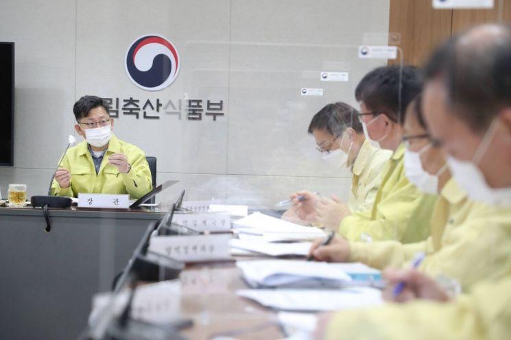 김현수 농림축산식품부 장관(왼쪽)이 아프리카돼지열병(ASF) 중앙사고수습본부 회의를 진행하고 있다. 중수본부장인 김현수 장관이 주재하는 이 회의는 지난 8일부터 매일 개최되고 있다.
