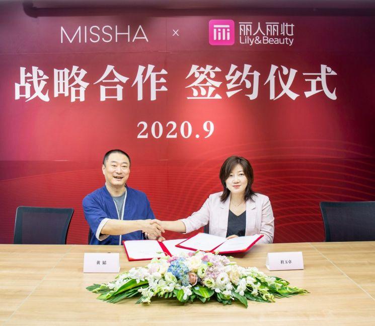 두주아 중국 에이블씨엔씨 중국지사장과(사진 오른쪽)과 황타오 릴리앤뷰티 회장이 협력 계약 체결 후 기념촬영을 하고 있다.