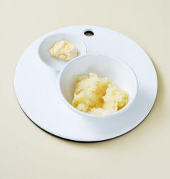 1. 감자는 껍질을 벗기고 큼직하게 썬다. 냄비에 감자를 넣고 물을 자작하게 붓고 소금을 약간 넣고 10분 정도 삶는다. 감자가 익으면 버터를 넣어 섞고 소금과 후춧가루로 간을 한다.