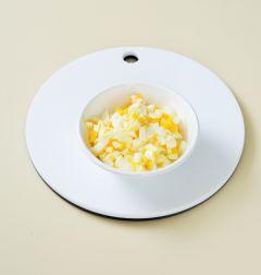 2. 달걀은 끓는 물에 소금을 넣고 13분 정도 삶아서 찬물에 식혀서 껍데기를 까서 굵게 으깬다.