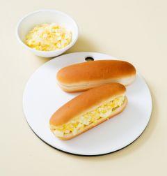 4. 핫도그빵 위쪽에 칼집을 깊게 넣어 감자, 달걀샐러드를 채워 넣는다.