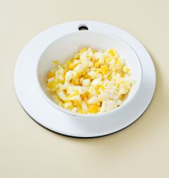 3. 감자와 달걀에 마요네즈, 설탕, 소금, 후춧가루를 넣어 섞는다.