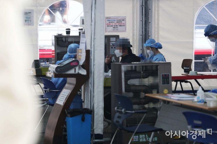 13일 서울 강남구보건소에 마련된 신종 코로나바이러스 감염증(코로나19) 선별진료소에서 시민들이 검사를 받기 위해 대기하고 있다. /문호남 기자 munonam@