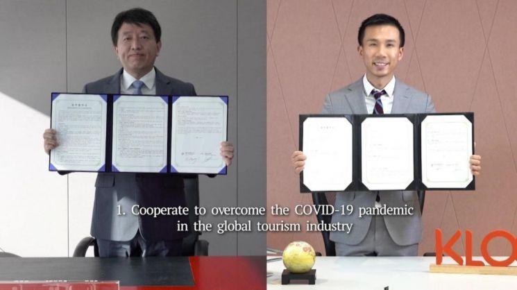 안영배 한국관광공사 사장(왼쪽)과 에단린 클룩 CEO가 온라인 업무협약을 체결한 뒤 각자 기념촬영하고 있다.[사진=관광공사 제공]