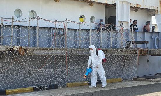 부산 감천항에 정박한 러시아 선박 아르카디야에서 방역 요원이 소독을 하고 있다.[이미지출처=연합뉴스]