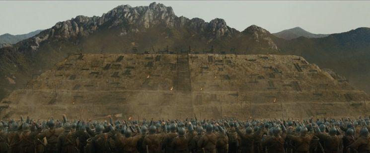 서경성에서 성문을 걸어잠근 채 반년 넘게 저항하던 반란군을 진압하기 위해 김부식은 토산 구축에 나섰다. 진압군 2만3000명과 승도 550명이 동원돼 약 3개월에 걸쳐 완성된 토산은 높이 24m, 길이 210m, 너비 54m 규모였다. 사진은 영화 '안시성'의 한 장면이다. 고구려를 침략한 당 태종이 안시성을 함락하기 위해 토산 전략을 펼쳤지만 실패로 끝나고 안시성을 지키던 양만춘 장군은 대승을 거뒀다. 김부식은 당 태종도 실패했던 토산 전략으로 서경 반란군을 진압한 것이다.
