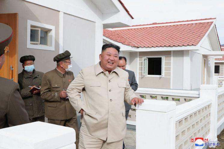 김정은 북한 국무위원장이 함경남도 신포와 홍원군 등 동해안 태풍 피해 복구 현장을 연달아 시찰했다고 조선중앙통신이 15일 보도했다.