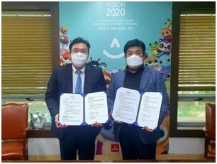 에이스바이오메드 마스크총괄사업부 한현우 사장(좌)과 스마일바이오(즈) 박상수 대표(우)가 오로라월드 본사에서업무협약 체결식을 가졌다.