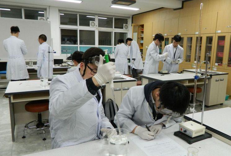 포항고등학교의 과학중점학교 과학탐구실험 모습.